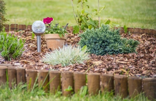 Different mulches can provide colours and textures for contrast or compliments, and can even be a garden feature itself, such as a raked sand or pebble garden